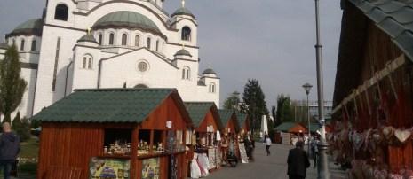 Belgradilaiset pienyrittäjät tekevät kesäaikaan kauppaa Pyhän Savan katedraalin suojissa. Kuva: Outi Isotalo