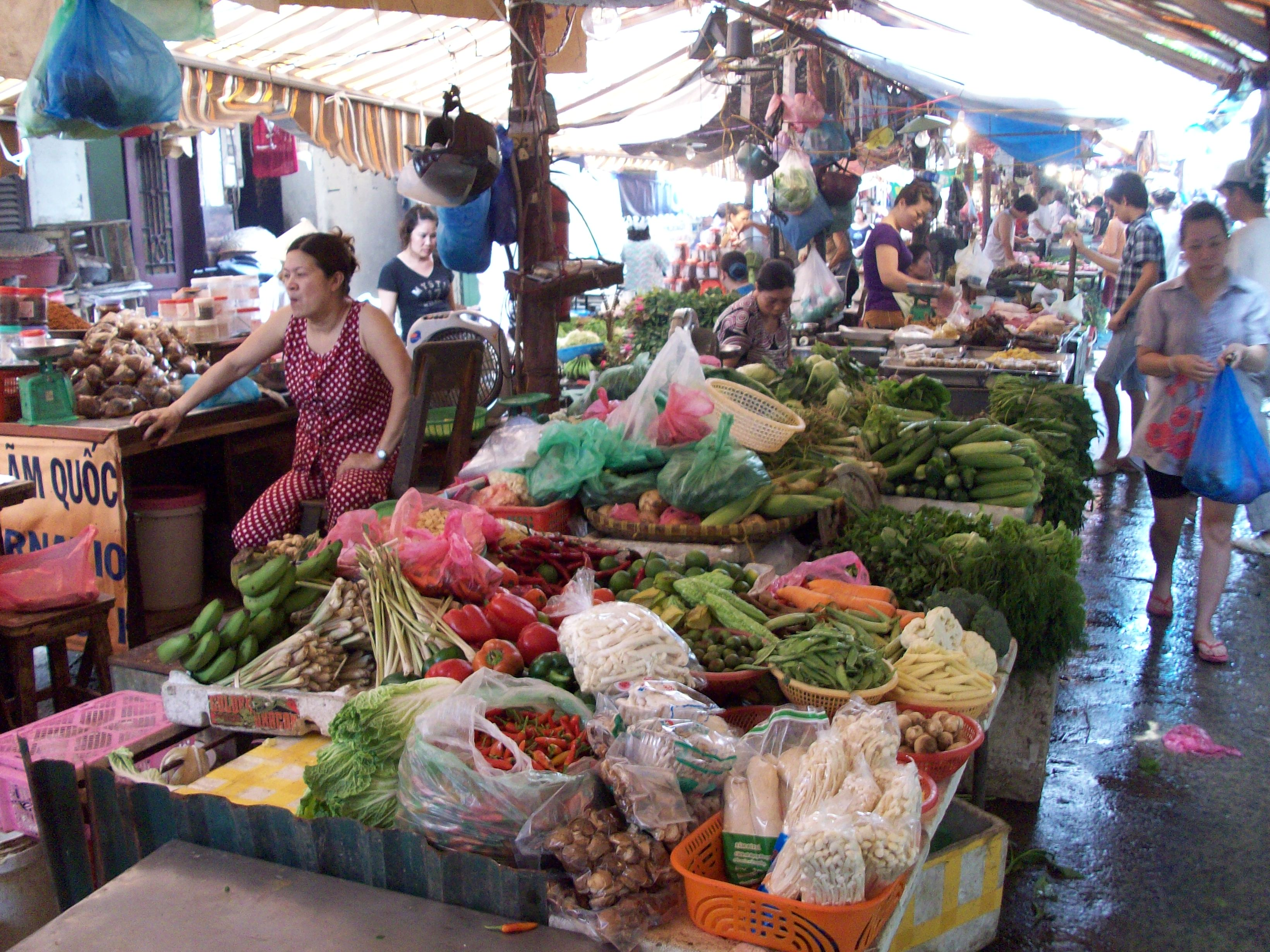 Vietnamissa tuotteiden laatua yritetään jatkuvasti parantaa ja varmistaa, että kotimaiset tuottajat ja kauppiaat eivät jää ulkomaisten investoijien jalkoihin. Kuva: Flickr/David Brewer