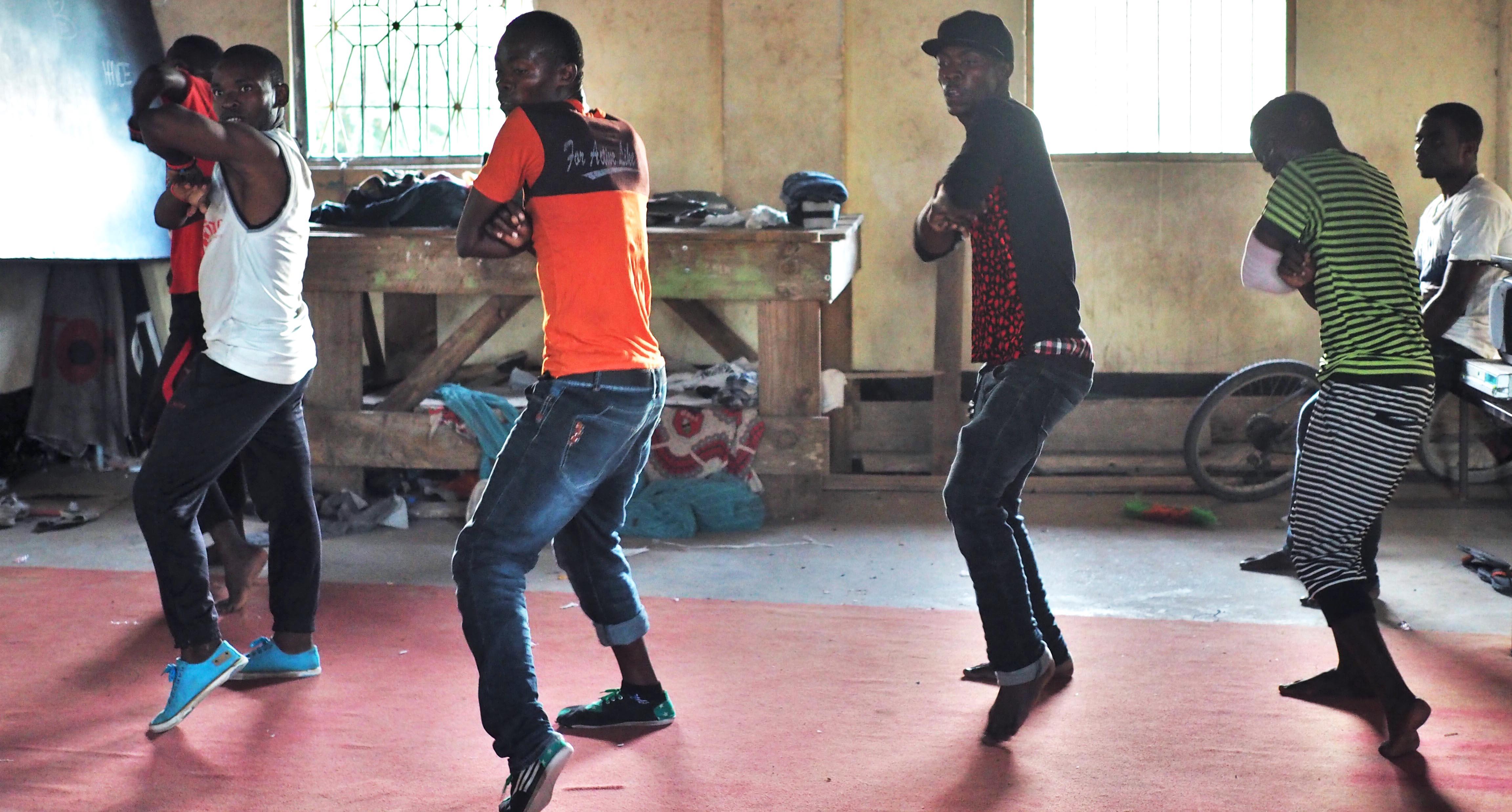Modernin tanssin ryhmä tuo yhteisökeskukselle tuloja ja näkyvyyttä esiintymällä Dar es Salaamin yökerhoissa. Kuva: