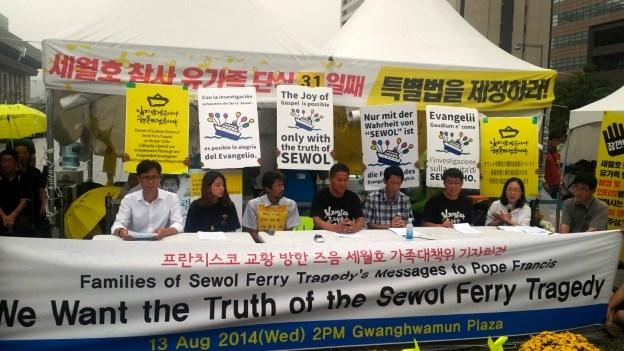 Lauttaturman uhrien omaisten mielenosoitus Soulin keskustassa elokuussa 2014 Paavin vierailun aikaan. Mielenosoitus on yhä paikallaan ja jatkuu puolitoista vuotta tapahtuneen jälkeen. Kuva: sewolho416.org