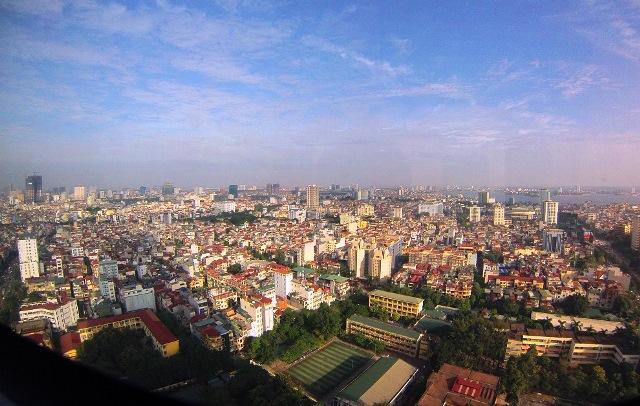 Hanoi kuvattuna Suomen suurlähetystön kansliasta Lotte-pilvenpiirtäjässä. Kuva: Marko Tolvanen