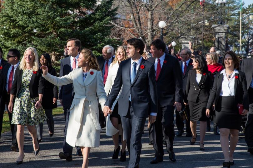 """Justin Trudeau saapuu virkaanastujaisiinsa yhdessä vaimonsa Sophien ja kabinettinsa kanssa."""" Kuva: Adam Scotti, Office of the Prime Minister of Canada"""
