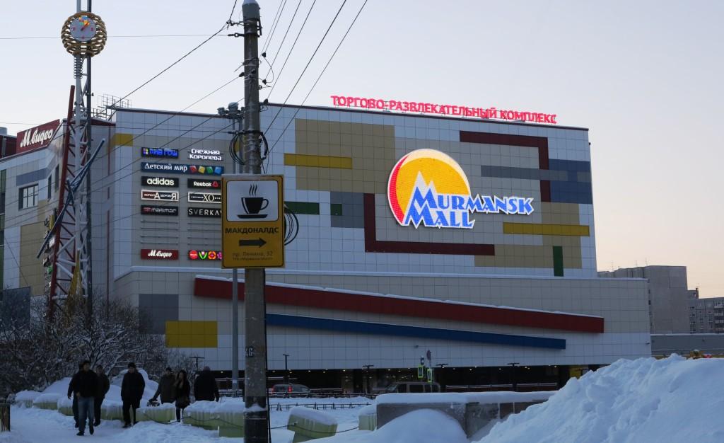 Murmansk Mall on uusin ja suurin kauppakeskus pohjoisessa. Se jatkaa 2000-luvun puolivälissä alkanutta kauppakeskusten nousua Murmanskissa. Parin viime vuoden aikana kaupungin harmaa katukuva on uudistunut ja saanut lisää väriä. Kuva: Sari Pöyhönen