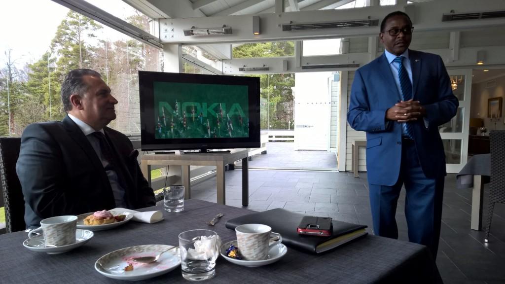 Namibian suurlähettilään Bonny Haufikun kiitospuhe Nokialla. Vasemmalla isäntä Samih Elhage (President, Mobile Networks / Nokia Solutions and Networks). Kuva: Susanne Kinnunen)