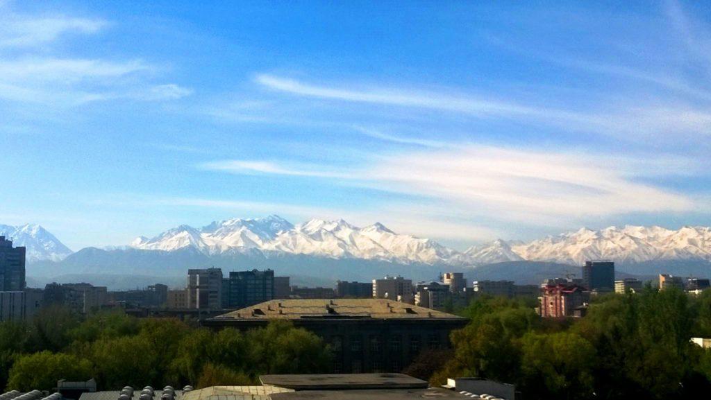 Kirgisian vehreä pääkaupunki Bishkek sijaitsee Tian Shan –vuorten kupeessa. Kuva: Annika Koivula-Olstad