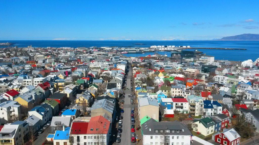 Näkymät Hallgrimskirkjan kirkon tornista Reykjavikin keskustan yli, kaukana näkyy Snæfellsnesin niemimaa ja jäätikkö. Kuva: Christa Blomberg