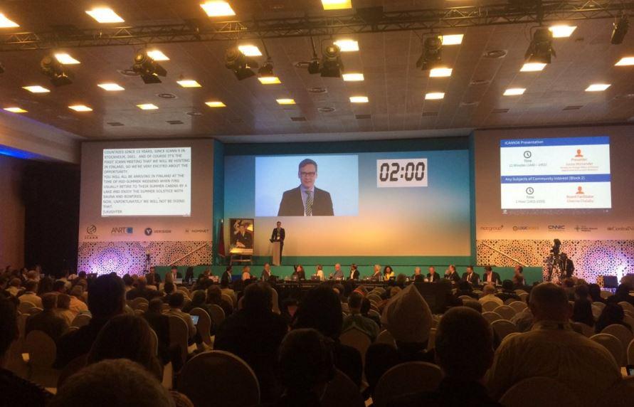 Juuso Moisander toivottaa yleisön tervetulleeksi 56. ICANN-kokoukseen Helsinkiin Marokon Marrakechissa. Kuva: twitter.com/dotgay