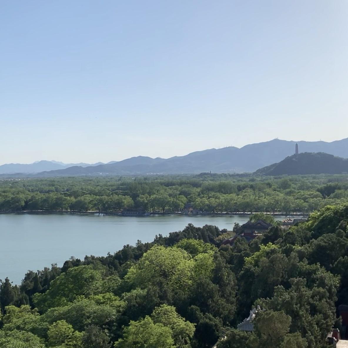 Näkymä Kesäpalatsilta. Pekingiä ympäröivät Yanshan-vuoret näkyvät hyvällä ilmalla. Kuva: Hannakaisa Andersson/UM.