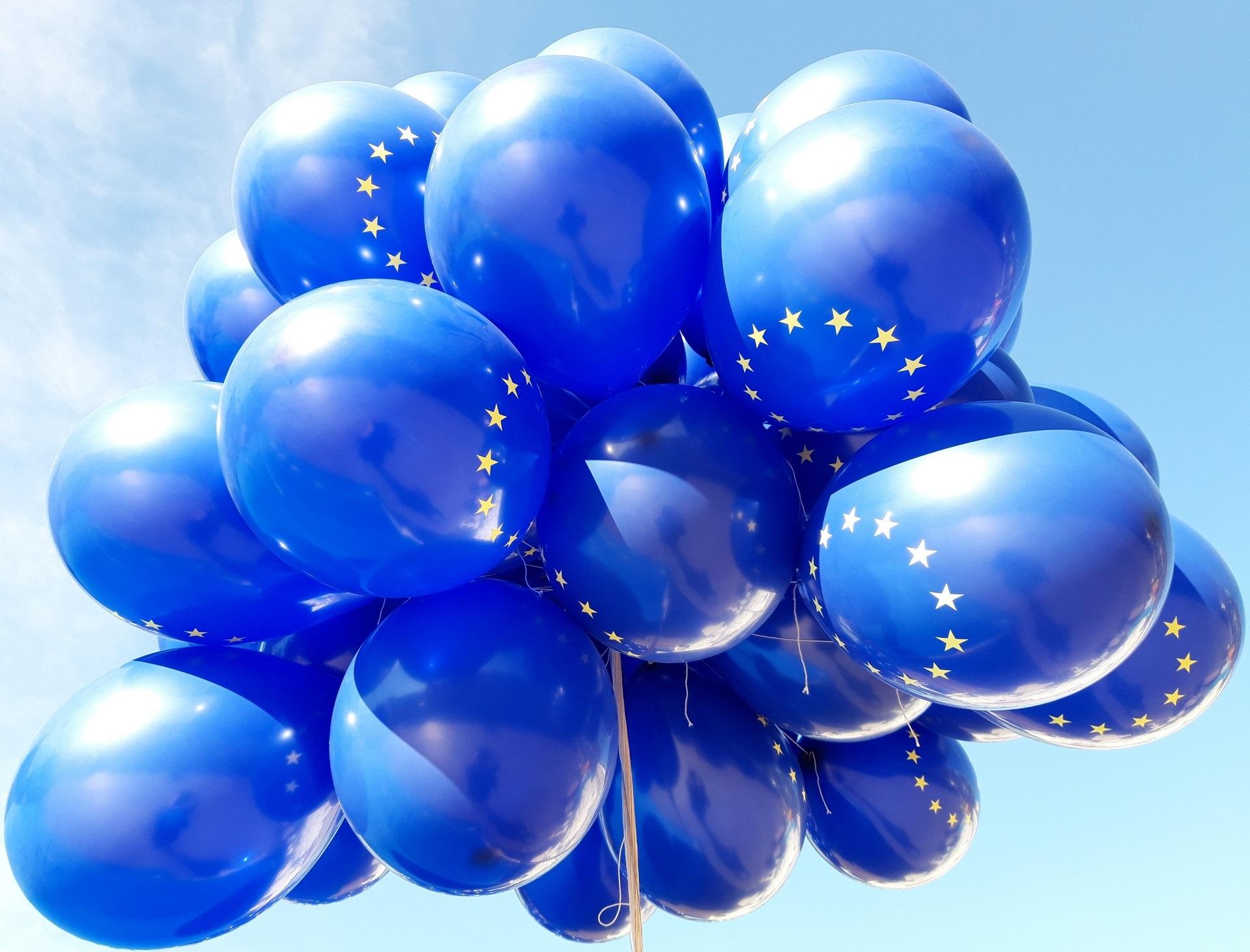 Sinisiä EU-ilmapalloja