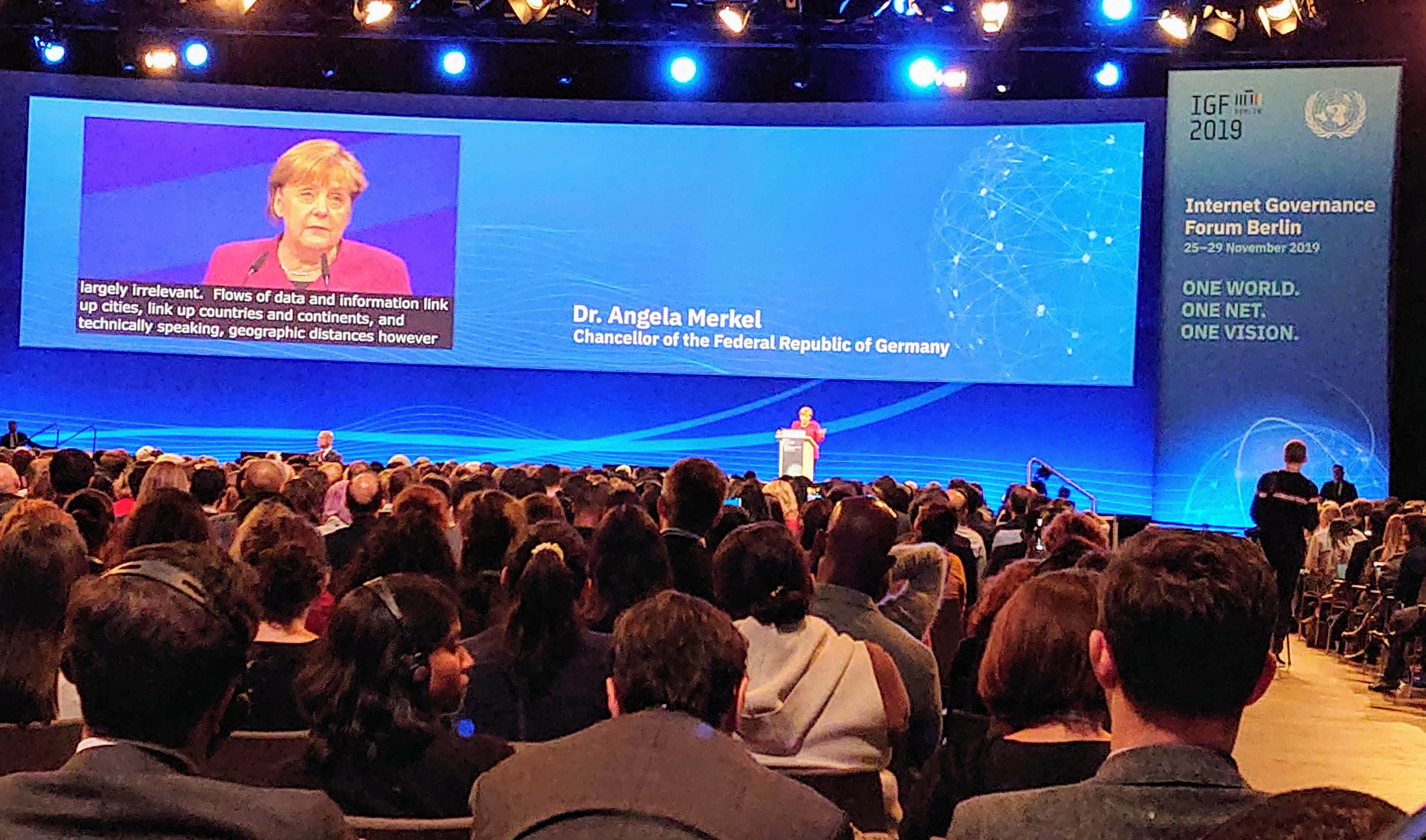 Liittokansleri Merkel Internetin hallintofoorumin avajaistilaisuudessa Berliinissä. Kuva: Petri Kuurma.