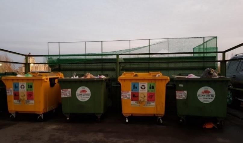Jätteiden keräyspiste kerrostalon pihalla – mutta minne kierrätetyt jätteet täältä päätyvätkään? Kuva: Jasmiina Driksna.