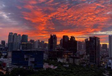 Auringonlasku Jakartassa. Kuva: Rae Lescelius.