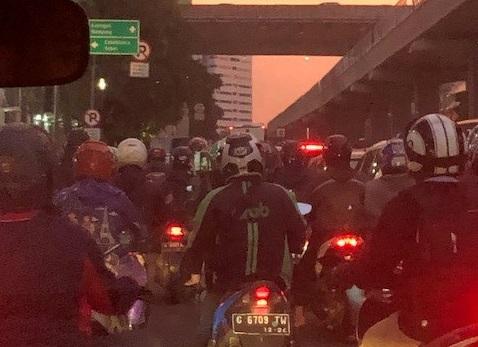 Iltapäiväruuhka Indonesian pääkaupungissa Jakartassa. Kuva: Rae Lescelius.