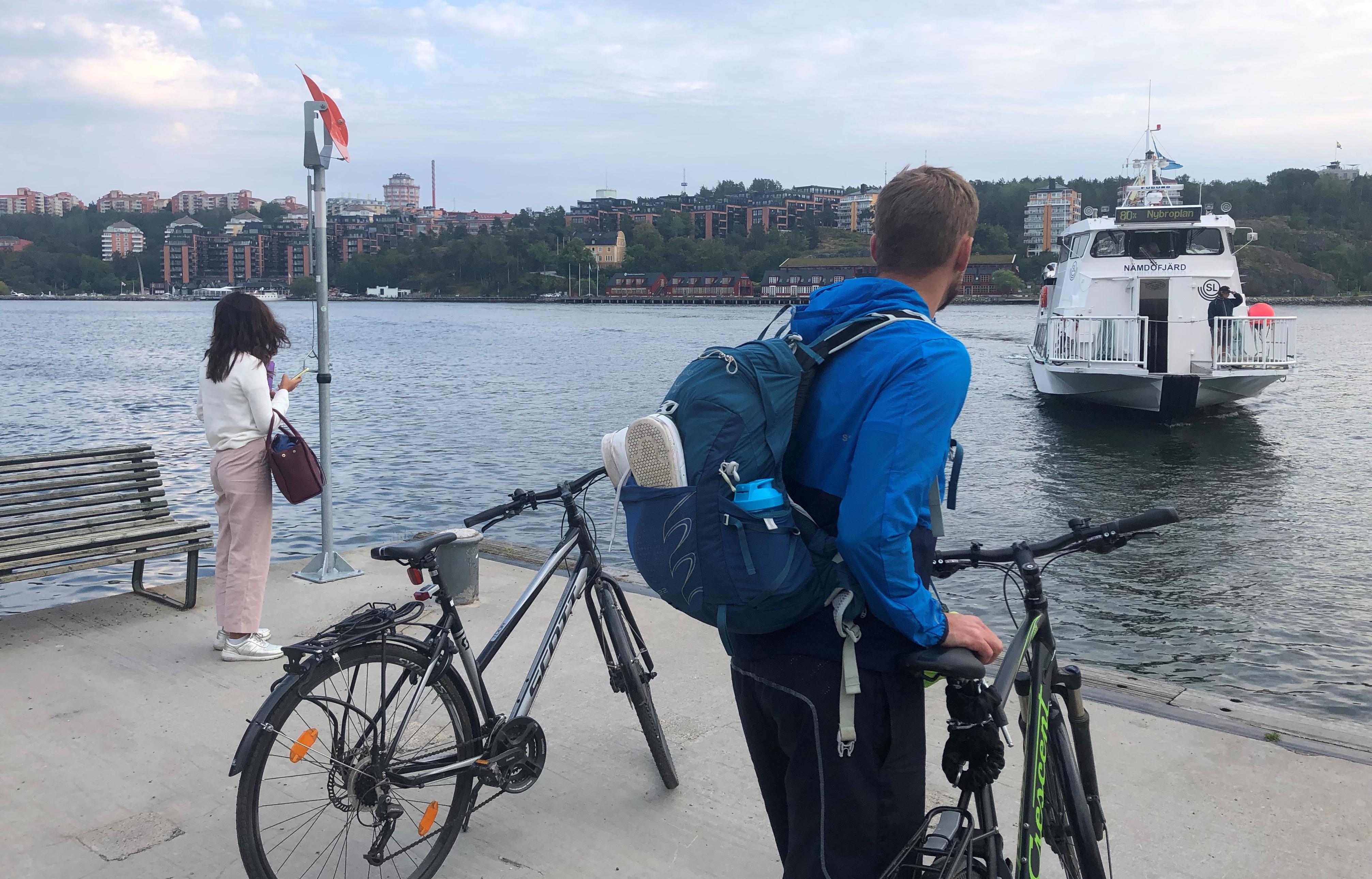 Ympäristöpalkintoja keränneet sähkölautat ovat arkipäivää Tukholman sisäisessä liikenteessä. Kuva: Suomen Tukholman-suurlähetystö.