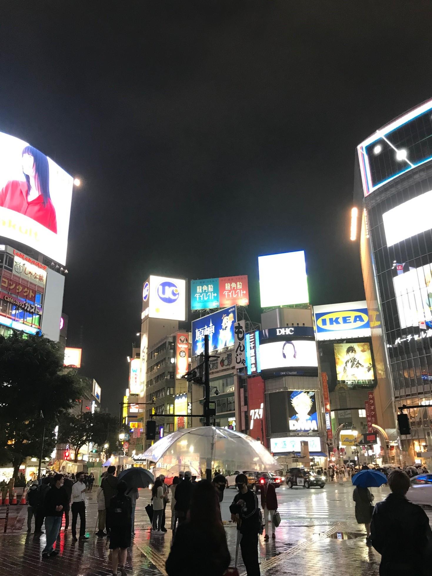 Öinen katunäkymä Tokiosta.