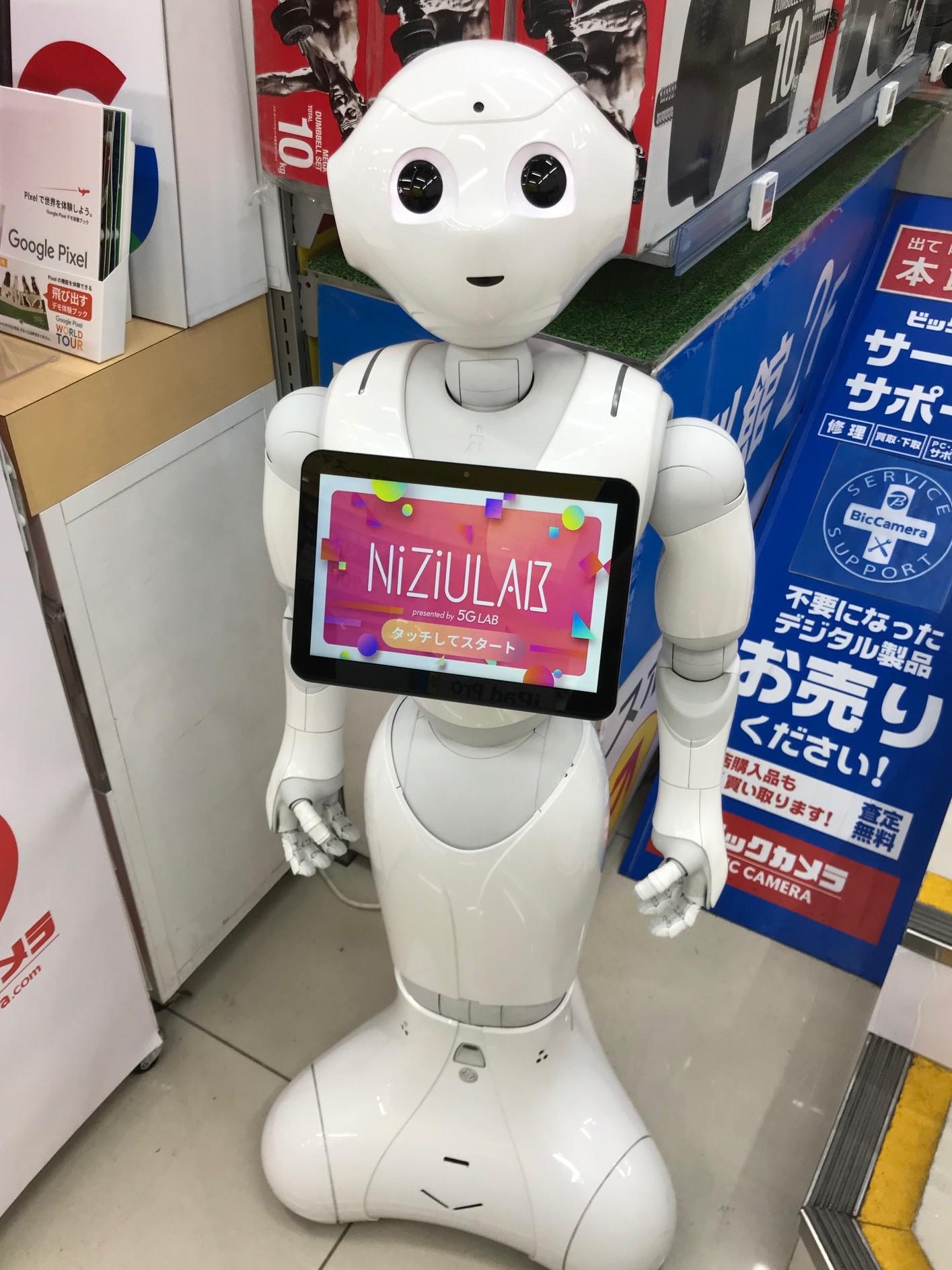 Silmiin katsova robotti elektroniikkakaupassa.
