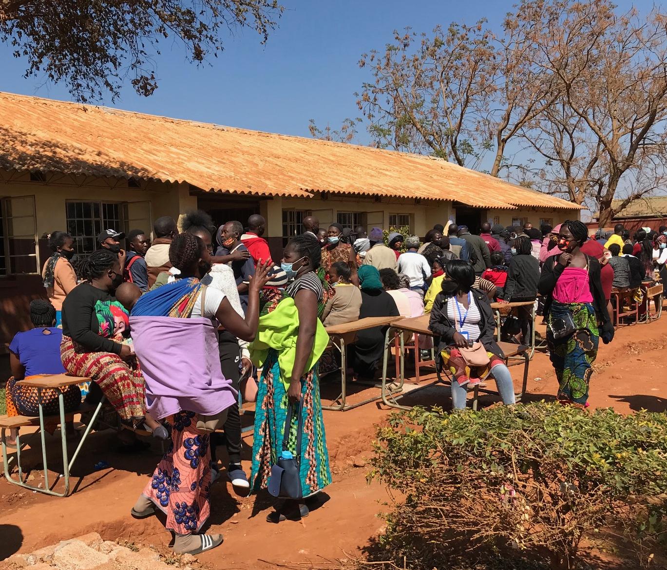 Ihmisiä jonottamassa äänestyspaikalle Sambiassa