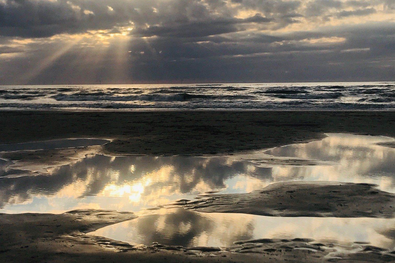 Auringonlasku meren rannalla