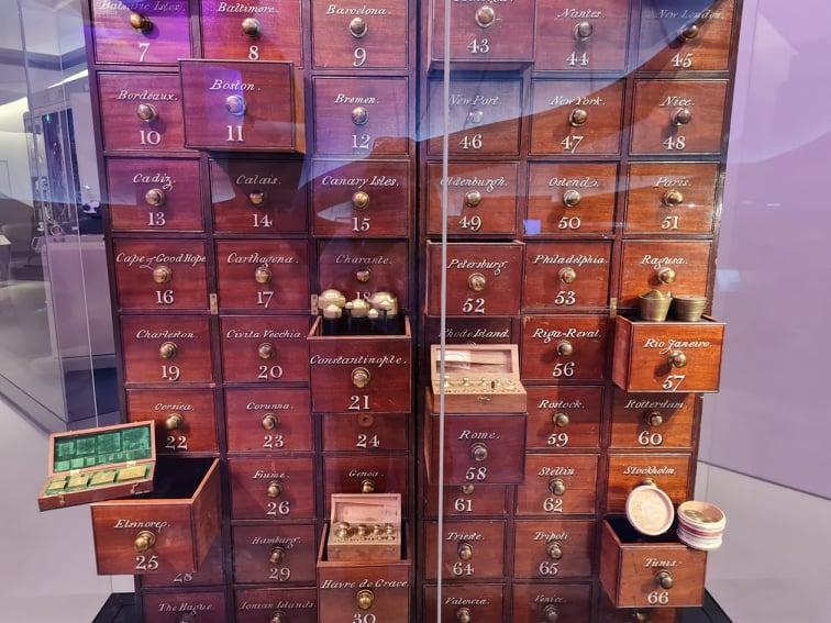 Vanha lokerikko, osa laatikoista avoinna