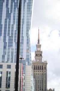 Puolan taloudellinen kehitys näkyy mm. pilvenpiirtäjien nousemisena Varsovan keskustaan, Stalinin hampaan eli kulttuuri- ja tiedepalatsin ympärille. Kuva: Vesa Häkkinen