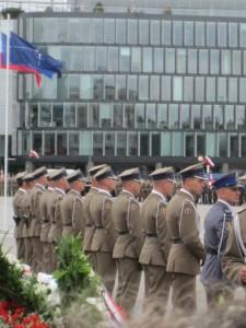 Puolan Nato-jäsenyys näkyy virastojen lipputangoissa. Puolan asevoimien vuosipäivän viettoa Varsovan keskustassa. Kuva: Vesa Häkkinen