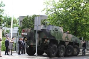"""Patrian AMV """"Rosomak"""" on yksi Puolan asevoimien perustyökaluista. Kuvassa oleva Rosomak on parkkeerattu Suomen Varsovan-suurlähetystön """"parkkiruutuun"""". Kuva: Vesa Häkkinen"""