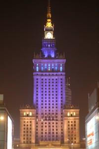 Varsovan keskusta 20. helmikuuta: Varsovan tiede- ja kulttuuripalatsi oli solidaarisuussyistä valaistu Ukrainan lipun värein. Kuva: Vesa Häkkinen