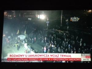 Puolan television uutiskanavat ovat näyttäneet kuvaa Ukrainasta yötä päivää. Myös asiantuntijat ovat päivystäneet studioissa. Kuva helmikuulta, klo 4.43. Kuva: Vesa Häkkinen