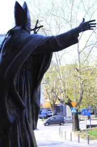 Paavi Johannes Paavali II:n patsas Varsovan ghettoon kuuluneella Grzybowski-aukiolla katsoo kohden Nożykin synagogaa. Kuva: Vesa Häkkinen