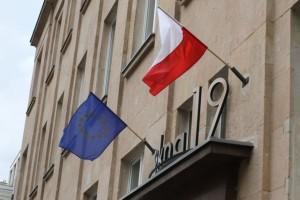 Varsovan kaduilla EU-liput liehuvat Puolan lippujen rinnalla. Kuva: Vesa Häkkinen
