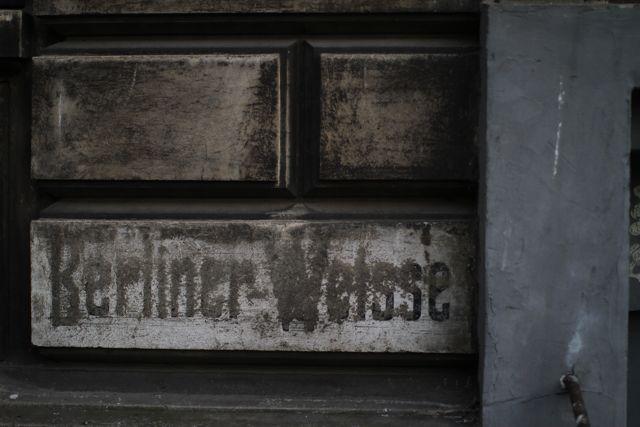 Historiaa löytyy myös pintaa raaputtamalla Toruńissa, kun maalin alta paljastuu vanha mainos. Kuva: Vesa Häkkinen